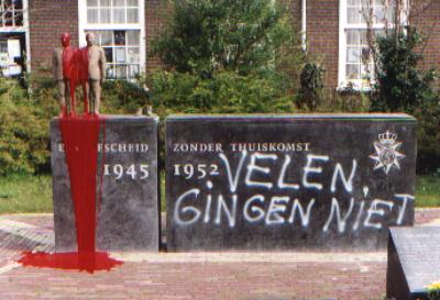 Actie tegen het monument voor de Indiëgangers in Leiden in 2001.